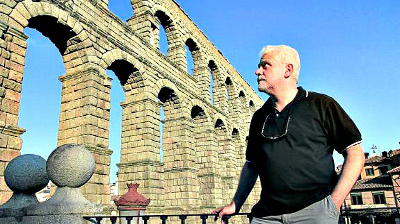 El doctor ingeniero en Minas, Fernando Pedrazuela, observando el Acueducto de Segovia. (Fotografía: El Norte de Castilla)