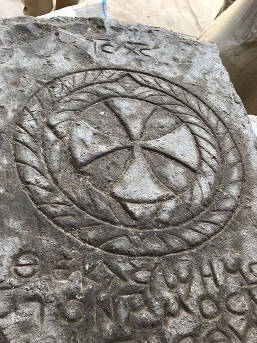 La lápida está grabada con una cruz y una inscripción en copto, una palabra de la cual se ha traducido como 'Jesús'. (Imagen: Ministerio de Antigüedades de Egipto)