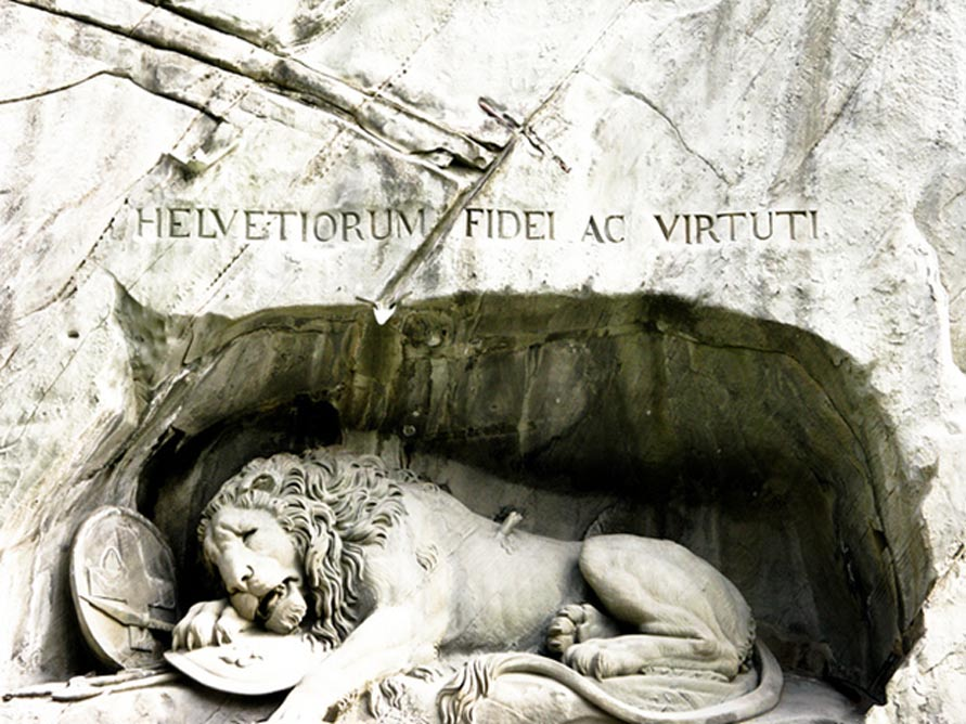 La inscripción del monumento que recuerda el valor y la lealtad de los Guardias Suizos que defendieron a Luis XVI y a su familia en agosto de 1792. (CC BY-NC-ND 2.0)