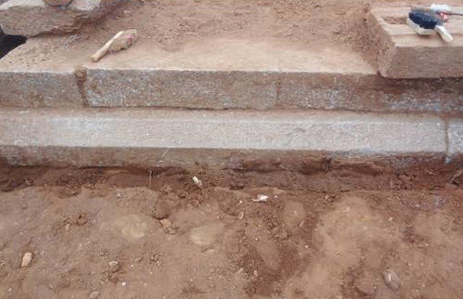 Esta inscripción de hace 800 años grabada en piedra describe una donación destinada a la construcción de templos jainistas, y ha sido descubierta en Arattipura, la India. (Bangalore Mirror)