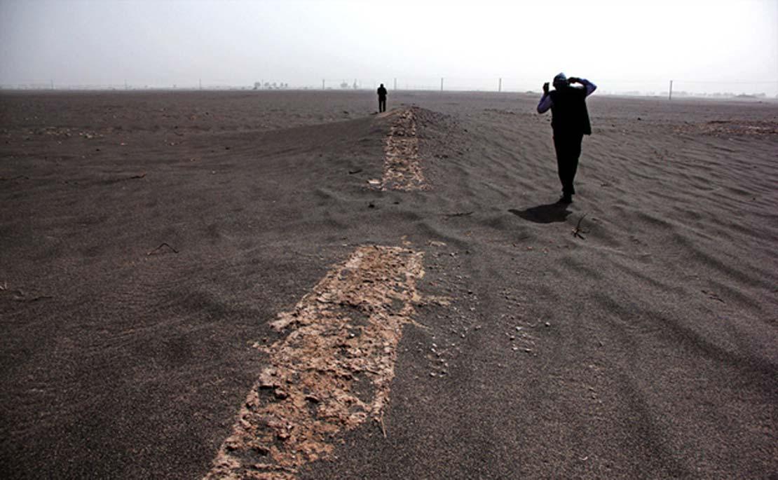 Un equipo de arqueólogos se halla estudiando un posible yacimiento histórico que quedó al descubierto tras una serie de tormentas de arena a finales del mes de marzo en una zona árida de Irán. El equipo está actualmente inspeccionando el terreno, excavando estructuras y examinando vasijas cerámicas. (Agencia de Noticias MEHR / Fotografía: Laleh Khajooei)