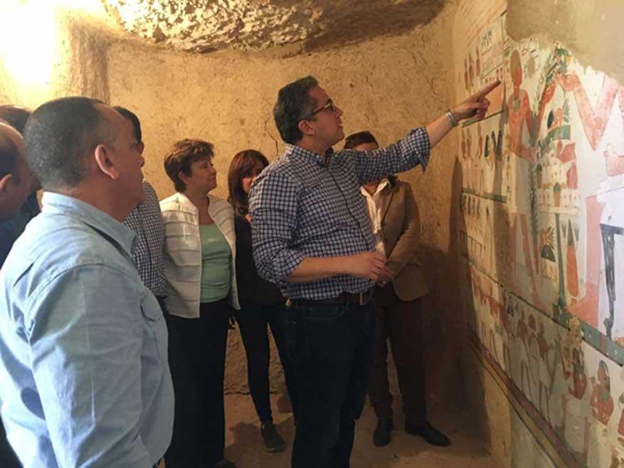 Inspección de los muros pintados de una de las tumbas recientemente descubiertas. Crédito: Ministerio de Antigüedades de Egipto