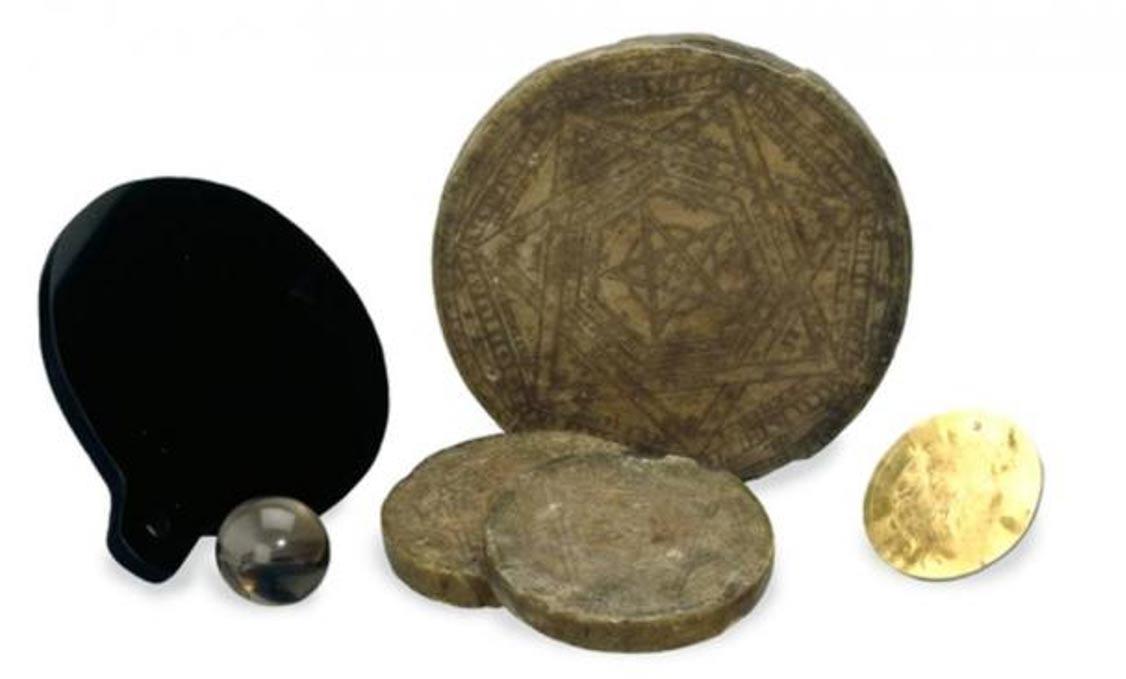 Los instrumentos mágicos de John Dee: discos de cera y de oro, esfera de cuarzo y un espejo de obsidiana pulida. (British Museum/ CC BY SA 4.0)