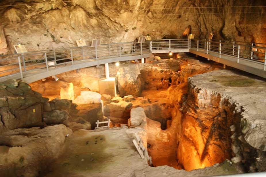 El interior de la cueva de Teopetra. Imagen: Meteora.com.