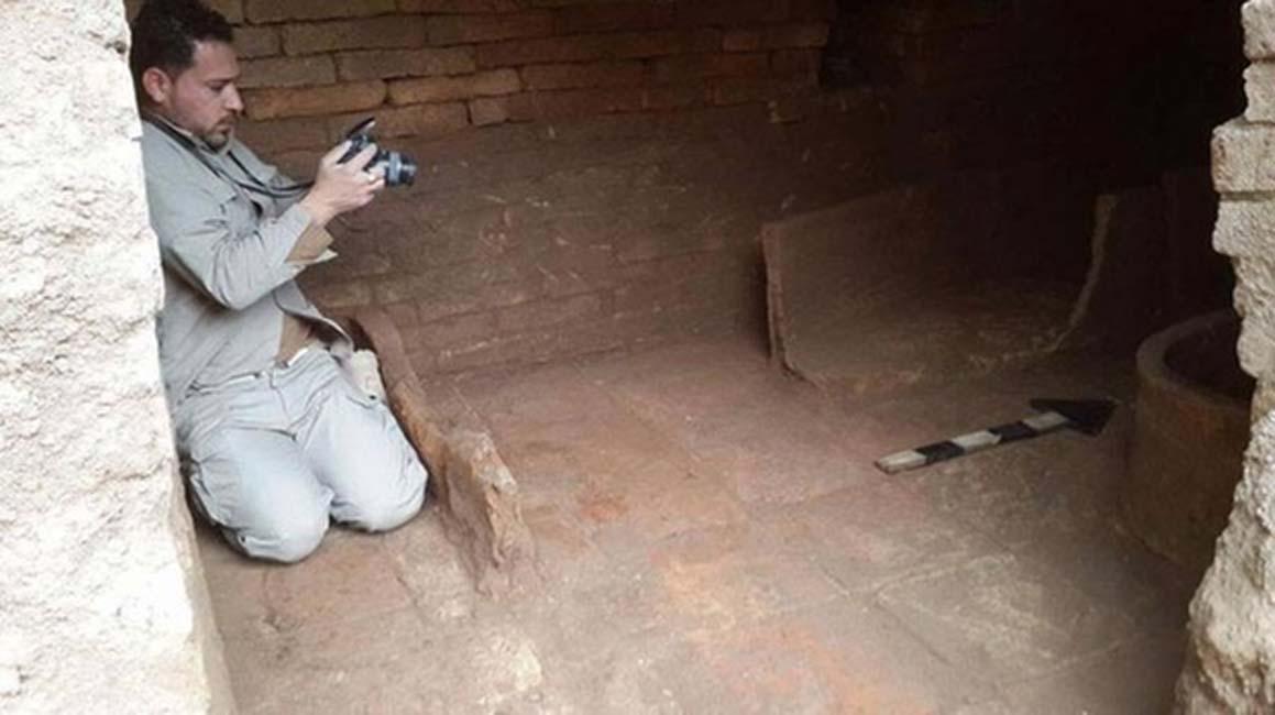 Imagen de la tumba asiria recientemente descubierta con fragmentos de los sarcófagos de cerámica hallados en su interior. (Goran M. Amin)
