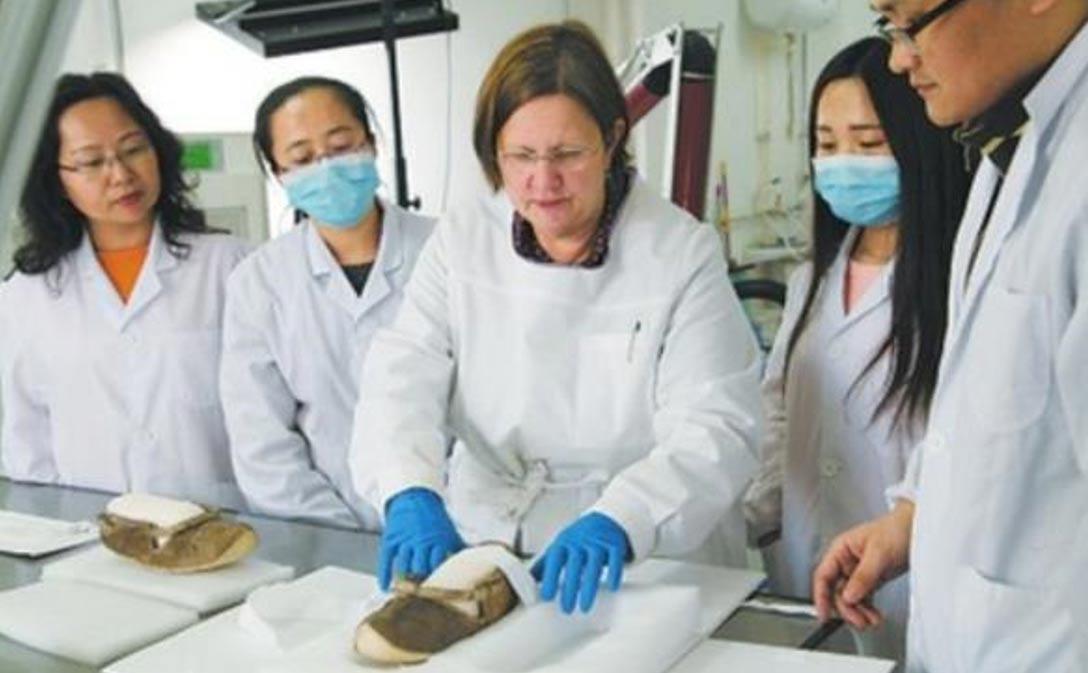 Estudio en un instituto chino de investigaciones arqueológicas de un par de zapatos de hace 1.400 años desenterrados en las Tumbas de Astana. (Instituto de Arqueología, Academia China de Ciencias Sociales (IA ACCS))