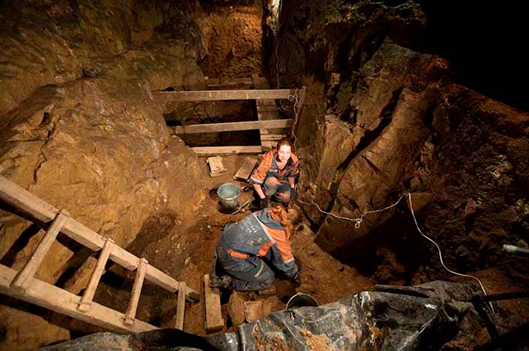 Los investigadores trabajan en el interior de la cueva de Denisova. (Vera Salnitskaya/The Siberian Times)