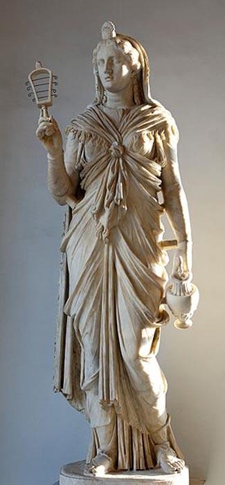 Estatua romana de Isis en la que aparece portando un sistro y un enócoe. (Public Domain)
