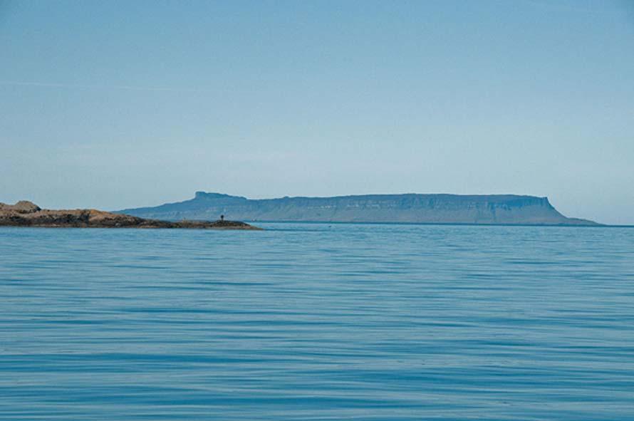 La histórica isla de Eigg vista desde Knoydart, Escocia. (Wikimedia Commons/Graeme Churchard)