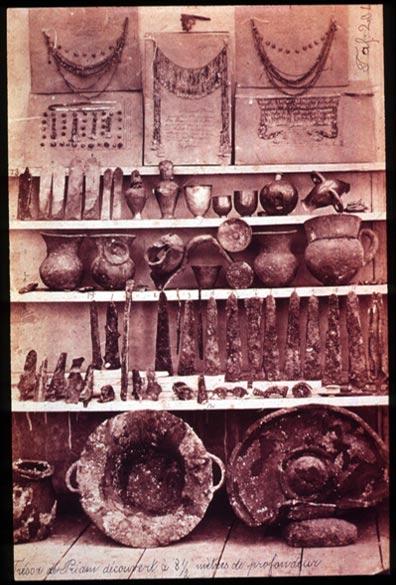 """Artículos del tesoro de Troya II (""""El Tesoro de Príamo"""") descubierto por Heinrich Schliemann."""