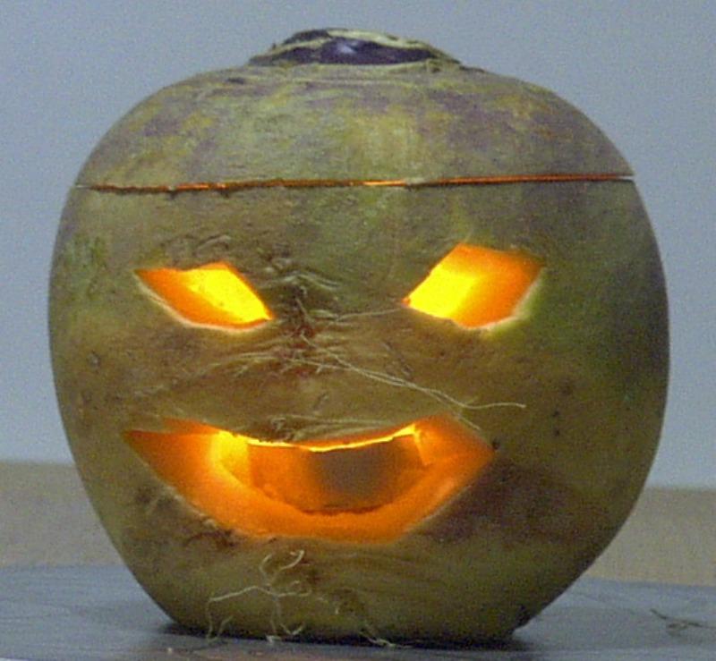 Según cuenta la leyenda, una vez convertido en alma errante, Jack metió dentro de un nabo el tizón encendido que le había arrojado el diablo para que pudiera alumbrarse en su camino de regreso del infierno. Fotografía de un nabo decorado para Halloween. (Geni/CC BY-SA 3.0)