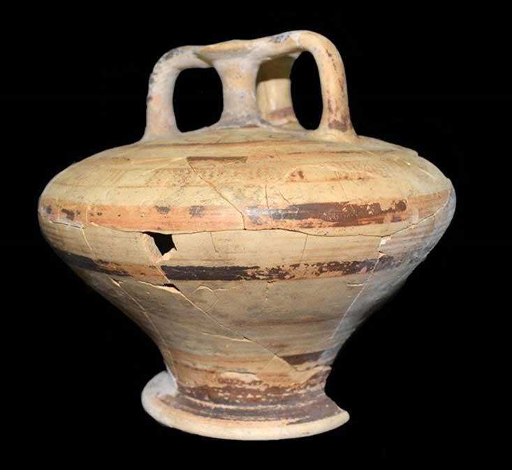 Una de las dos jarras decoradas con asas halladas en la tumba de la época micénica. (Giannis Galanakis)