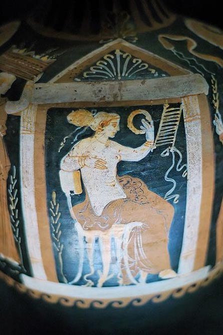 Mujer sentada con una corona en la mano, detalle de la decoración de un jarrón de terracota de Apulia de finales del siglo IV a. C. Museo de Santa Maria Della Scala, Siena, Italia. (Public Domain)