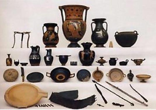 Colección de antiguos objetos del siglo IV a. C.: finos jarrones griegos, utensilios para banquetes y armas de metal. (Riccardi 2003)