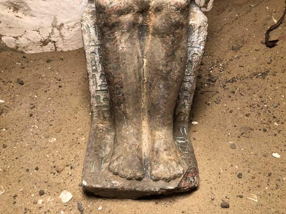 Detalle de la parte inferior de la estatua en la que se pueden observar antiguos jeroglíficos aún con pintura. (Imagen: Instituto Checo de Egiptología)
