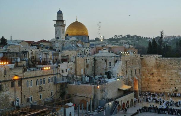 El Monte del Templo con su muro Occidental y la Cúpula de la Roca al atardecer, Jerusalén, Israel (Foto: Zairon/Wikimedia Commons)