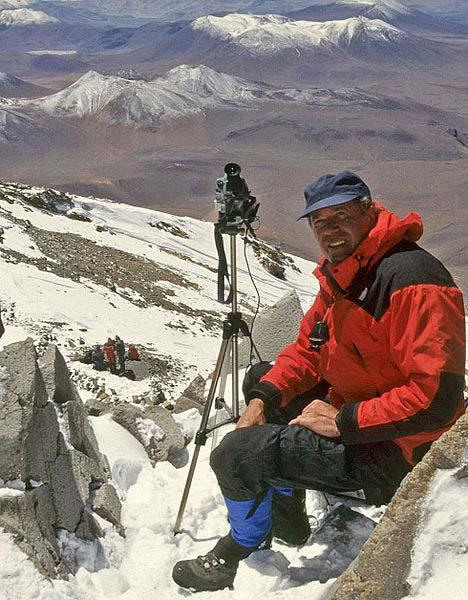 Johan Reinhard filmando en la cumbre del volcán Llullaillaco durante el rescate de las momias incas en 1999. (CC BY-SA 3.0)