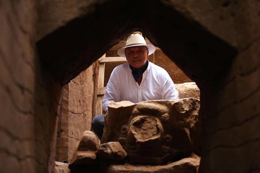 José Luis Chea Urruela, del Ministerio de Cultura y Deporte de Guatemala, inspecciona el hallazgo. (Imagen: Ministerio de Cultura y Deporte de Guatemala)