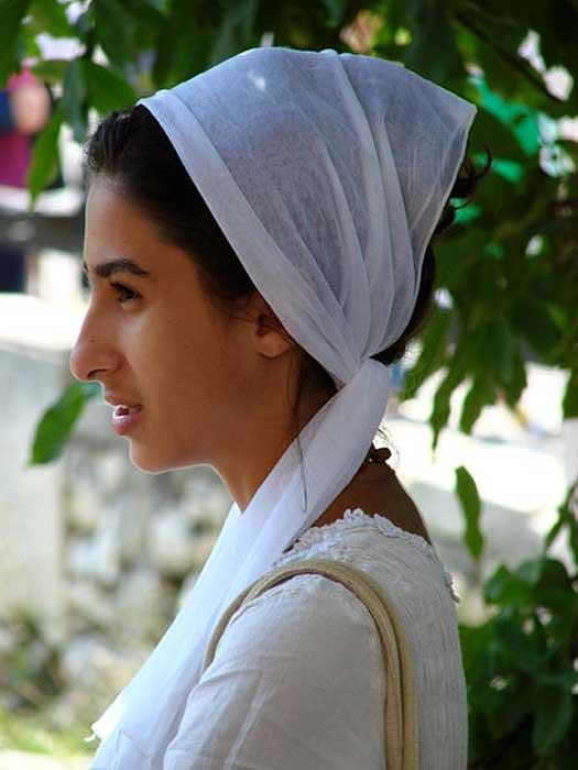 Mujer joven con vestimenta tradicional en una ceremonia religiosa, Constanza, Rumania, junio del 2007. (Adam Jones/CC BY SA 3.0)