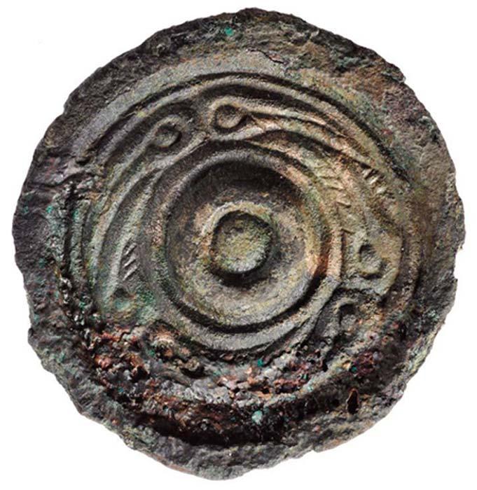 Joya de bronce de estilo anglosajón que originalmente se encontraba recubierta de oro y plata. Probablemente llegara a Trusty's Hill como botín de algún saqueo. (DGNHAS / GUARD Archaeology Ltd)