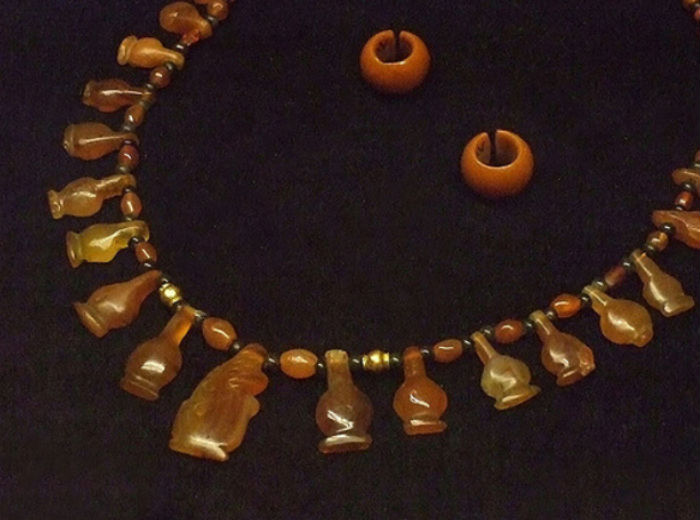 Ejemplo de collar egipcio de cornalina junto con pendientes del mismo material. Dinastía XVIII-XIX. (Mary Harrsch/CC BY NC SA 2.0)