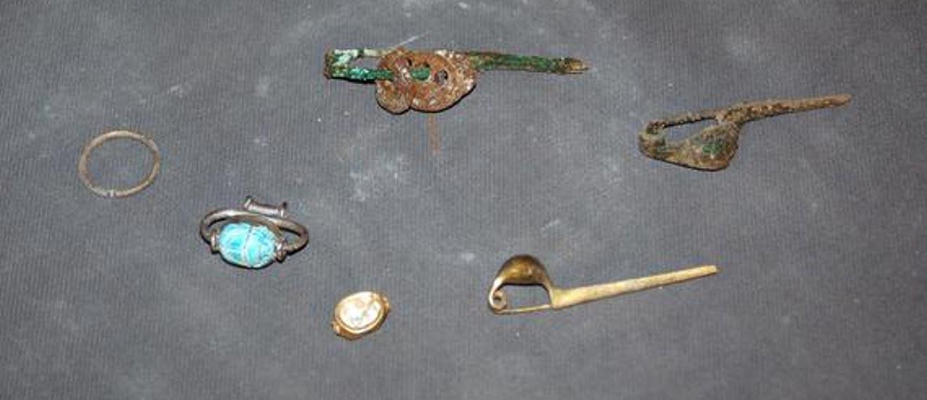 Algunas de las joyas halladas en la tumba. (Il Messaggero)
