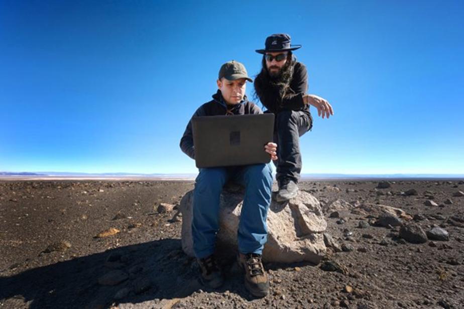 Juan Cortés y Sergio Martín, astrónomos del ALMA, realizan trabajo de campo a fin de comprobar la alineación de los saywas con el sol y las diferentes constelaciones. Imagen: R. Bennett – ALMA (ESO/NAOJ/NRAO)