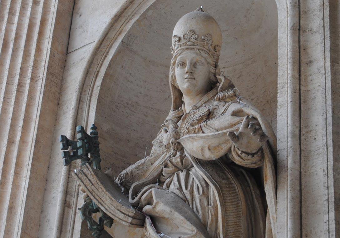La estatua que aún sigue en pie en Roma: Juana coronada con la Tiara papal. (ericcostanzo.com)
