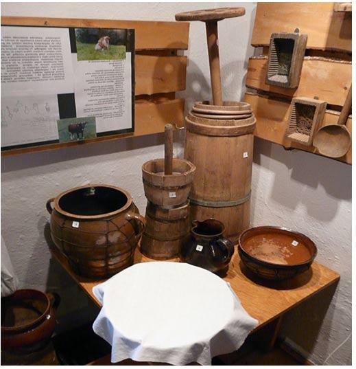 Juego de mantequeras para poder realizar todo el proceso de tratamiento y almacenaje de la mantequilla. Beskid Museum en Wisła. Fotografía de Piotrus, 2008.