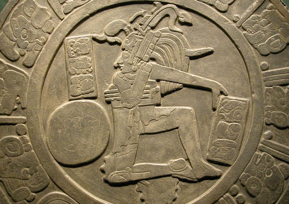 Disco con jugador de pelota de Chinkultic, Chiapas (Wikimedia Commons)