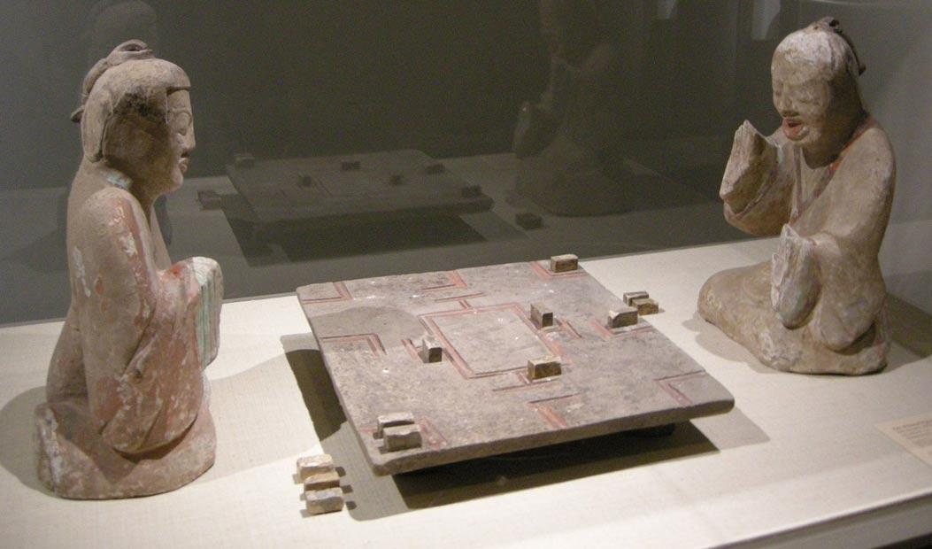 Dos caballeros jugando al 'Liubo'. Figuritas cerámicas funerarias de la dinastía Han Oriental (25 d. C. – 220 d. C.). (Sailko/CC BY-SA 3.0)