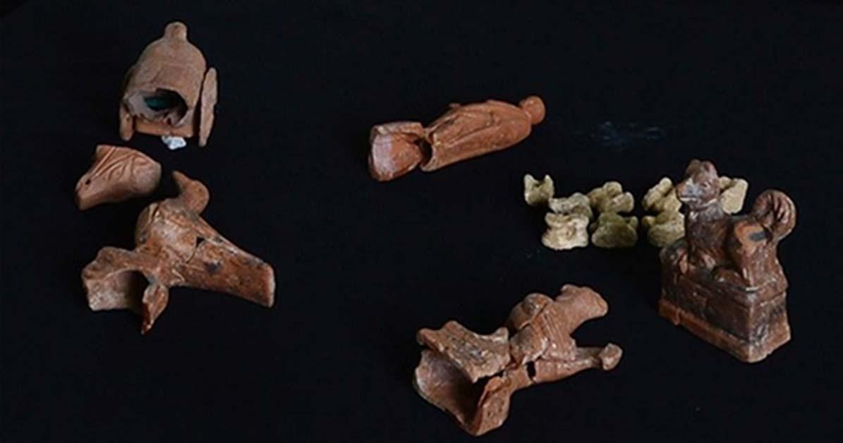 Juguetes descubiertos en antiguas tumbas de niños de Pario (Turquía).