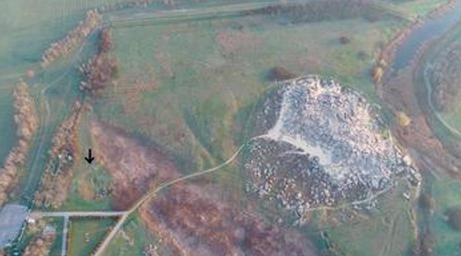 Yacimiento arqueológico Kamyana Mohyla I (señalado por la flecha) y montículo de piedra Kamyana Mohyla visto desde el sur. (S. Radchenko)