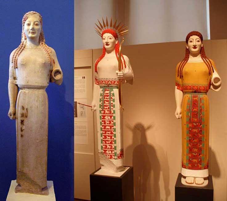 Izquierda: 'Koré del peplo', circa 530 a. C. (CC BY-SA 2.5) Derecha: reconstrucciones policromadas realizadas por el equipo de Brinkmann. La de la izquierda figura ser una efigie de Atenea. (CC BY-SA 2.5)