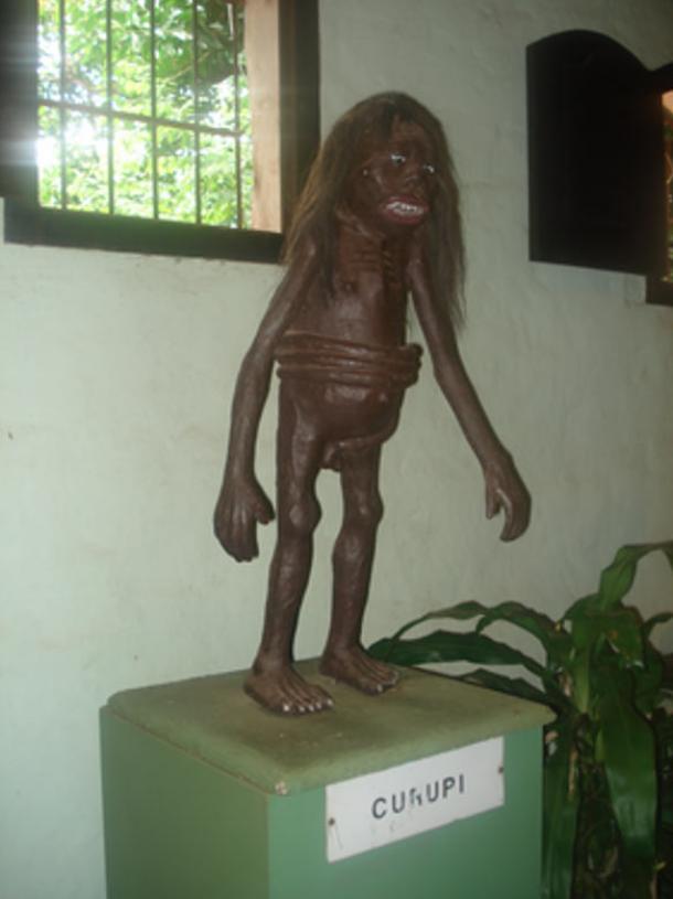 Kurupí con su pene enrollado alrededor de su cintura (public domain)