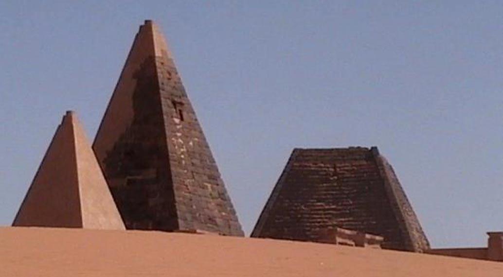 Las pirámides Kushitas por lo general presentan una pendiente más pronunciada y son más puntiagudas que las Egipcias (Wikimedia Commons)