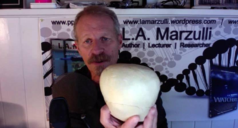 L. A. Marzulli muestra la parte superior de un cráneo Paracas, carente de sutura sagital