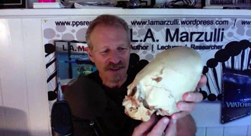 L. A. Marzulli sostiene una réplica de uno de los cráneos Paracas analizado
