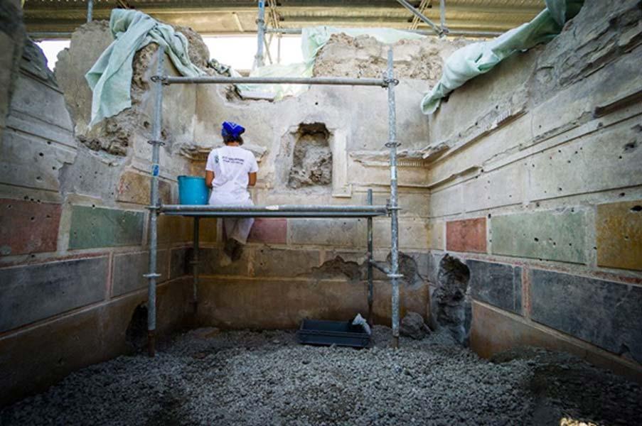 Trabajos de conservación en los bloques pintados sobre el yeso. (Imagen: Parco Archeologico Di Pompeii)