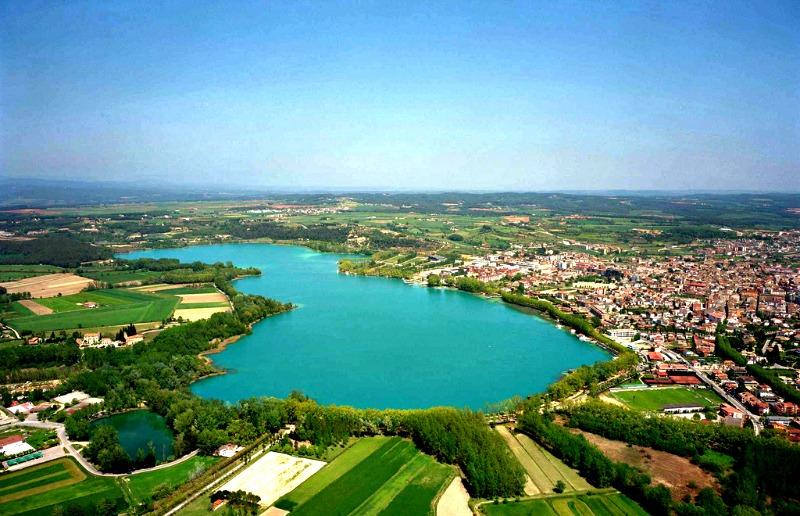 Una parte del milenario poblado neolítico ha quedado sumergida bajo las aguas del lago de Bañolas, en la imagen. (Ajuntament de Banyoles/CC BY-SA 2.5)