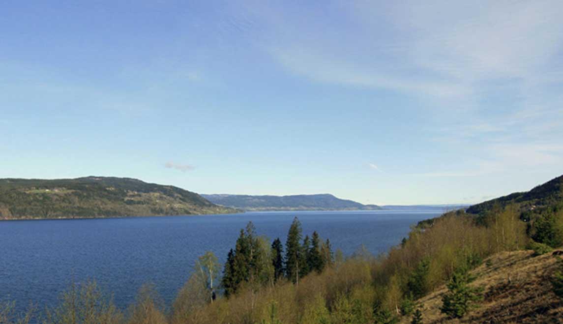 Vista del lago Mjøsa en dirección norte desde Minnesund, Eidsvoll. (Dominio público)