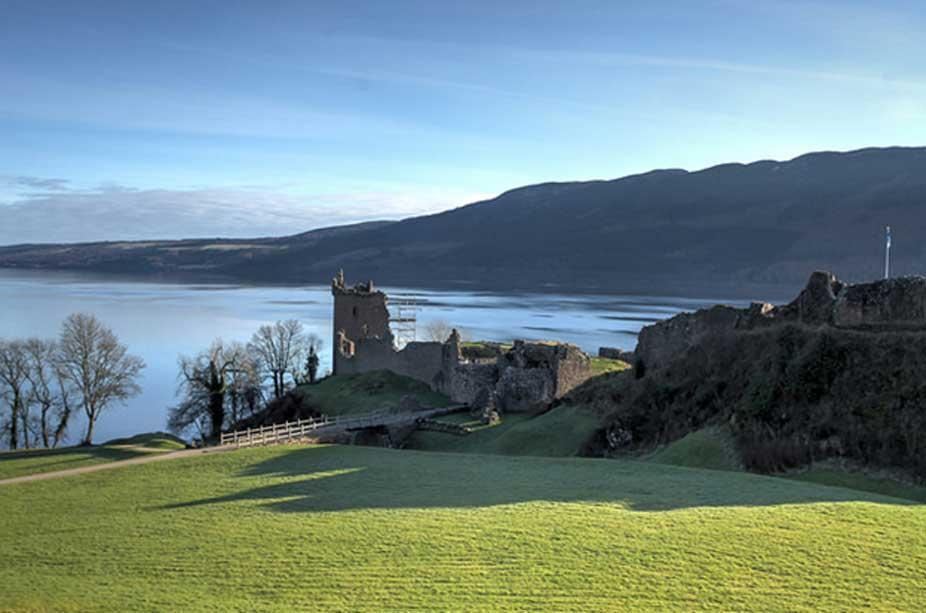 Vista del Lago Ness, situado en el extremo nordeste de la Gran Falla Glen, que divide la región de las Tierras Altas. En primer término puede verse el famoso castillo de Urquhart, construido en el siglo XIII. (Dominio público)