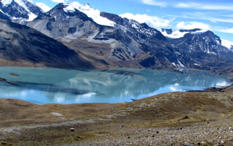Los afluentes del Titicaca nacen en las cumbres nevadas de los Andes que rodean su cuenca. En la foto, la laguna de Suches, de la que nace el río Suches en la frontera entre Perú y Bolivia. (Rojk/Public Domain)