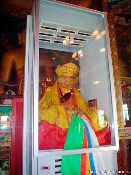Normalmente el lama Itigilov está sentado en un sarcófago especial acristalado que se encuentra en la segunda planta de su 'palacio'. Fotografía: Vasily Tatarinov, Datsan Photoshare