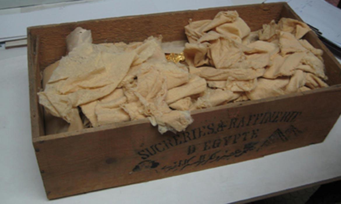 Estas son las láminas de oro que se encontraron en uno de los sarcófagos de la tumba KV55. (Fotografía: AhramOnline)