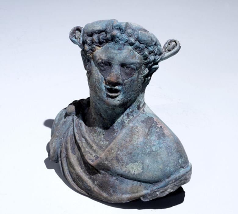 Lámpara de bronce moldeada con la forma del busto de un esclavo africano. Fotografía: Clara Amit, cortesía de la Autoridad de Antigüedades de Israel.