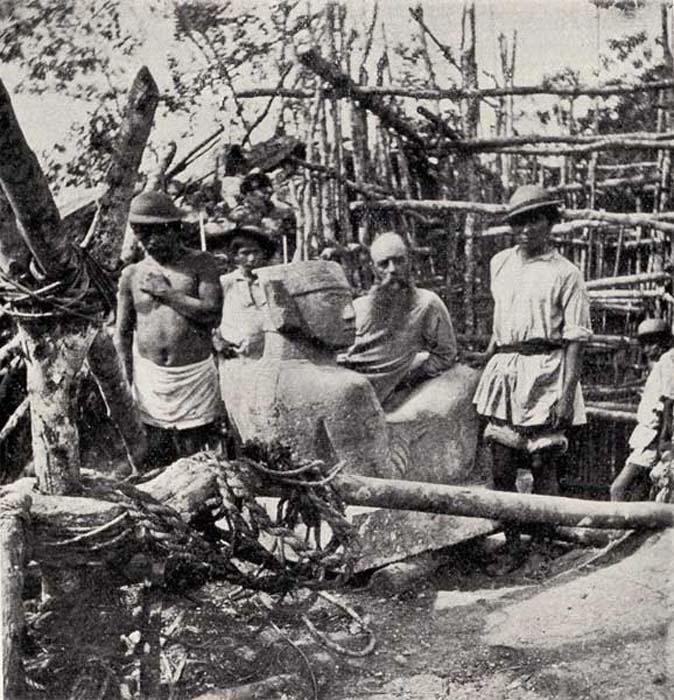 La grandiosa antigüedad de los mayas – Le Plongeon posa sentado en una escultura de Chac-Mool extraída de una profundidad de más de tres metros en Chichén Itzá. Del libro 'A Dream of Maya'. (Fotografía aportada por el autor)