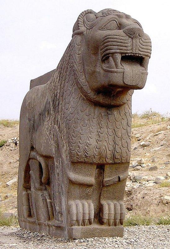 El colosal león de basalto descubierto en 1955. (Verity Cridland/CC BY-SA 2.5)