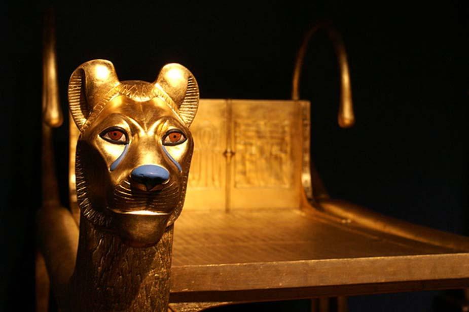 Detalle de los leones de oro de un lecho ritual hallado en la tumba. (CC by SA 3.0)