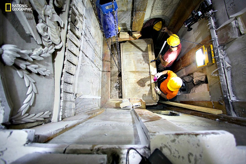 Momento en que los expertos levantan la lápida del supuesto Santo Sepulcro de Jesús de Nazaret. (Fotografía: Dusan Vranic / AP / El Periódico)